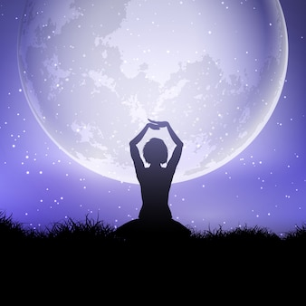 Vrouw in yoga stelt tegen een maanbeschenen hemel