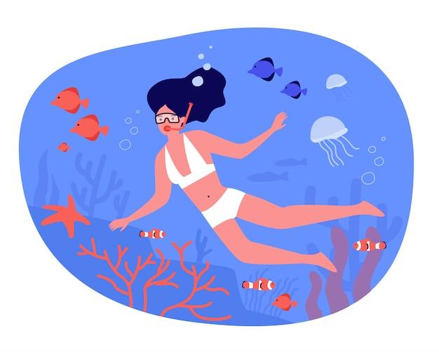 Vrouw in zwembroek en duikbril