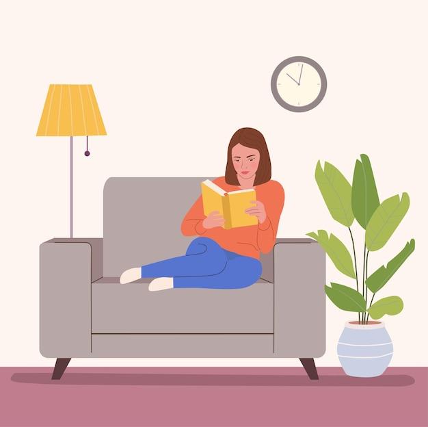Vrouw is ontspannen op een comfortabele stoel en leesboek