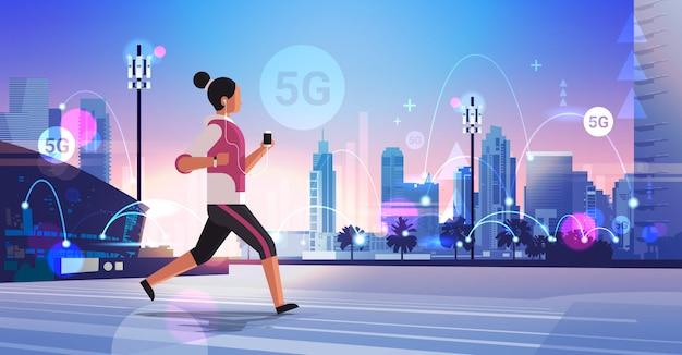 Vrouw joggen en luisteren naar muziek 5g high speed internet netwerk vijfde innovatieve generatie draadloze systemen verbinding concept