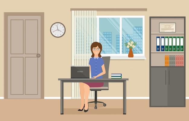 Vrouw kantoor werknemer zittend op de werkplek aan de tafel met laptop.