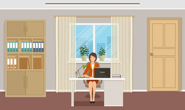 Vrouw kantoor werknemer zittend op werkplek aan de tafel met laptop.