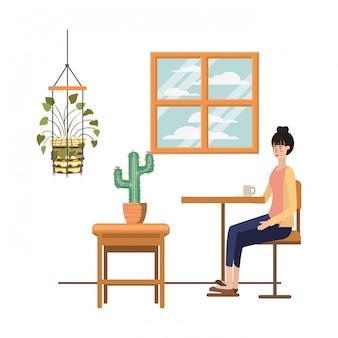 Vrouw koffie drinken in de woonkamer