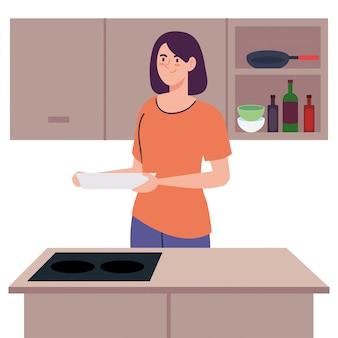 Vrouw koken bedrijf schotel op keukenscène