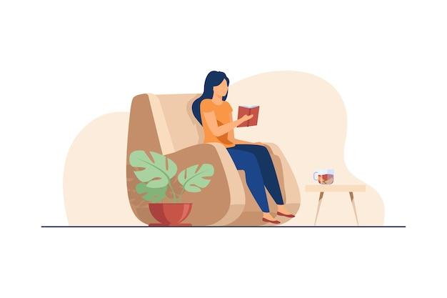 Vrouw leesboek thuis.