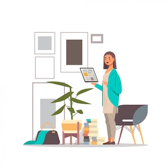 Vrouw leest dagelijks nieuws op laptop schermpers massamedia krant concept