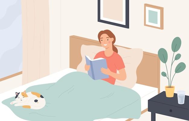 Vrouw leest in bed. jong meisje leest boek en ontspant op de bank. luie huisrust, literatuur lezen voor het slapengaan, plat vectorconcept. meisje jong in comfortbed met boek en kattenillustratie