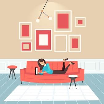 Vrouw liggend op de bank gelukkig meisje met behulp van laptop eigentijdse woonkamer interieur huis modern appartement horizontale volledige lengte