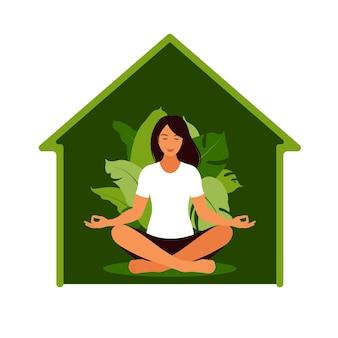 Vrouw mediteren in de natuur. meditatieconcept, ontspanning, recreatie, gezonde levensstijl, yoga. vrouw in lotus houding.
