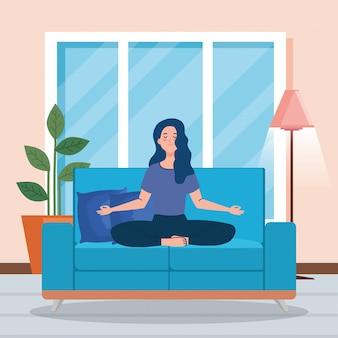 Vrouw mediteren in de woonkamer, zittend in bank