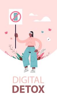 Vrouw met banner met teken een verbod op gebruik smartphone digitale detox concept