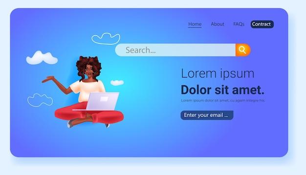 Vrouw met behulp van laptop sociale media netwerk online communicatie concept portret kopie ruimte horizontale vectorillustratie