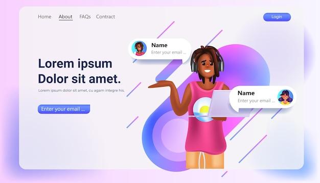 Vrouw met behulp van online messenger-app op laptop social media netwerk online communicatieconcept