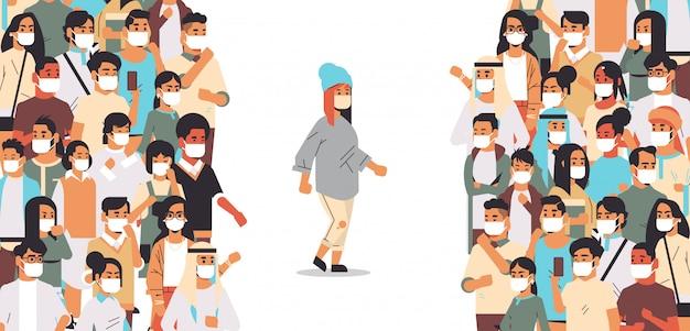 Vrouw met beschermend masker op afstand van mensenmassa om coronavirus pandemie te voorkomen