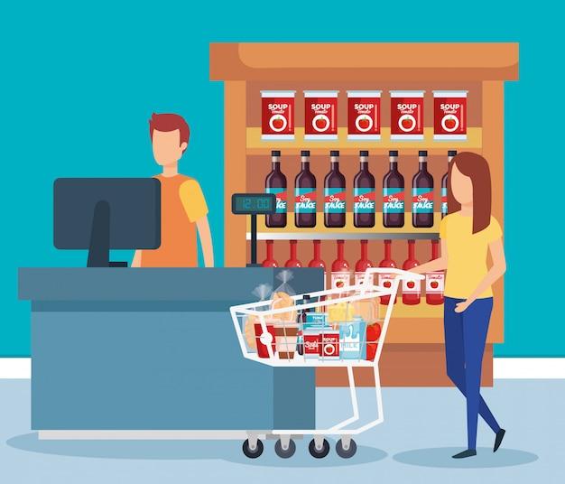 Vrouw met boodschappenwagentje in supermarkt
