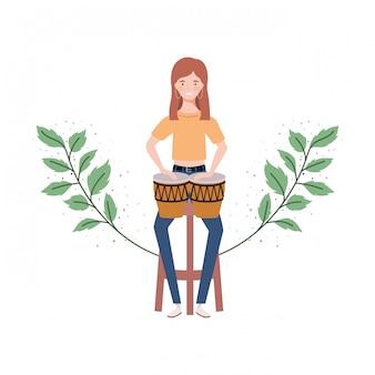 Vrouw met congas en takken en bladeren
