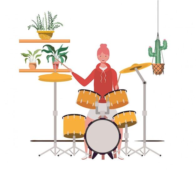 Vrouw met drumstel en kamerplanten op macrame-hangers