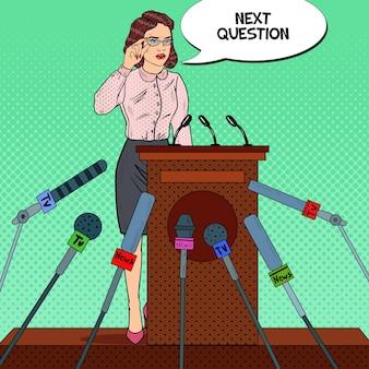 Vrouw met een persconferentie