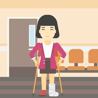 Vrouw met gebroken been en krukken.