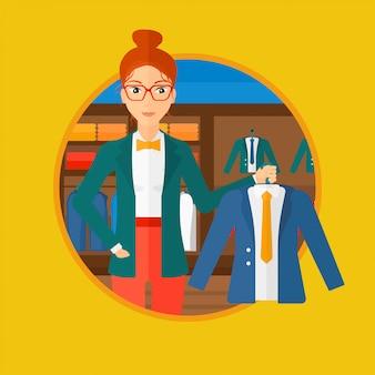 Vrouw met jas in kledingwinkel.