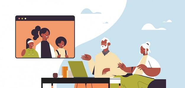 Vrouw met kind met virtuele ontmoeting met grootouders tijdens video-oproep familie chat online communicatie concept portret horizontale afbeelding