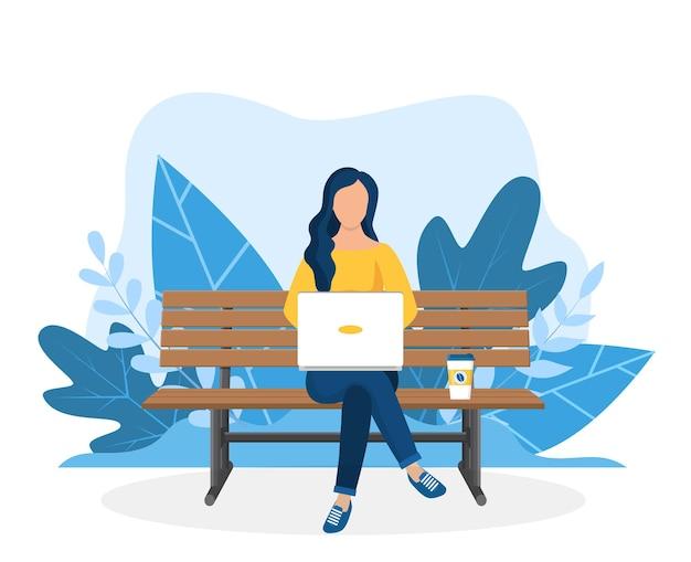 Vrouw met laptop zittend op de bank