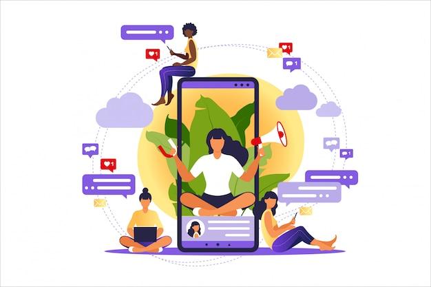 Vrouw met megafoon op scherm mobiele telefoon en jongeren om haar heen