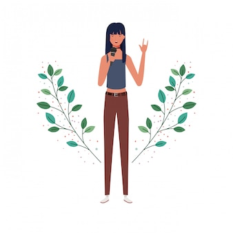 Vrouw met microfoon en takken en bladeren