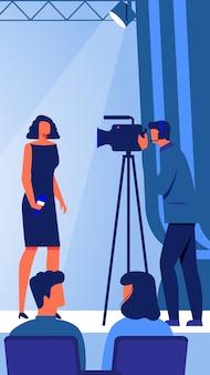 Vrouw met microfoon in de hand op het podium. vector.