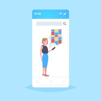 Vrouw met mobiel met behulp van notities digitale online mobiele applicatie creatieve organisator herinnering concept smartphone scherm volledige lengte