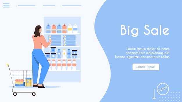 Vrouw met supermarktkarretje kiest voedingsproducten bij de plank.