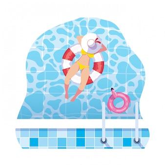 Vrouw met zwempak en badmeestervlotter die in water drijven