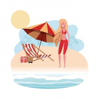 Vrouw met zwempak op het strand en de paraplu