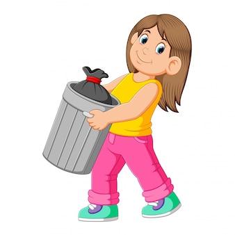 Vrouw om afval weg te gooien