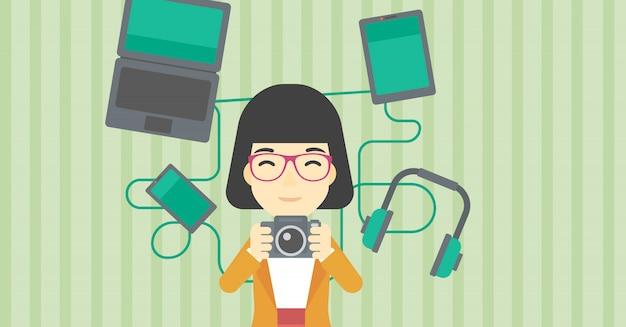 Vrouw omringd met haar gadgets.