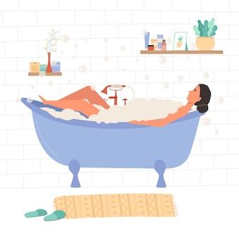 Vrouw ontspannen in badkuip met schuim