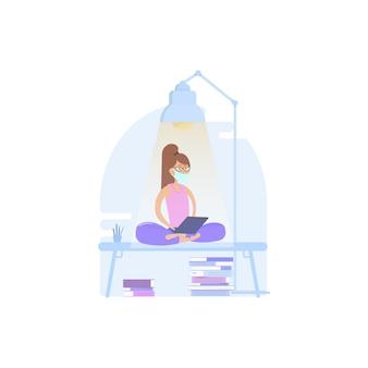 Vrouw ontspant in lotuspositie, werkt thuis of op kantoor aan in quarantaine geplaatste gemaskerde tabletten en leest nieuws over de economie of het coronovirus.