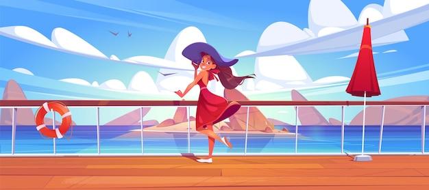 Vrouw op cruiseschip dek of kade op zeegezicht uitzicht, meisje in zomerjurk en hoed ontspannen op het schip