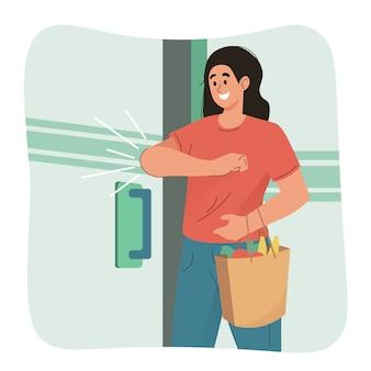 Vrouw opent de deur met haar elleboog. preventieve maatregelen tegen coronavirus
