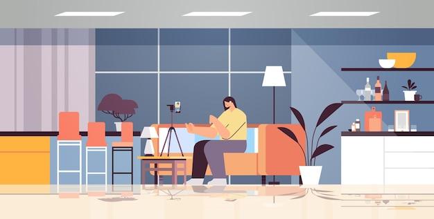 Vrouw podcaster blogger opname video blog podcasting uitzending live streaming blogging concept volledige lengte horizontaal