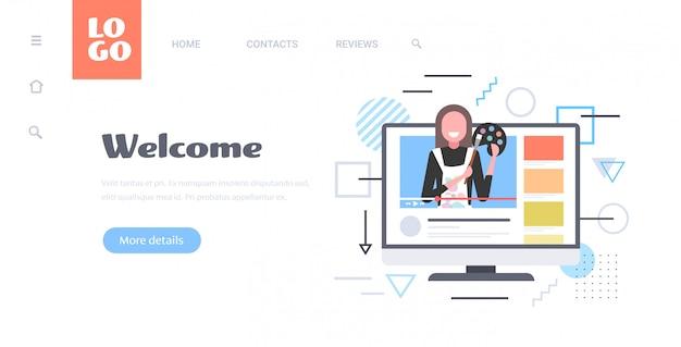 Vrouw schilder bedrijf gekleurd palet en penseel blogger opname online video sociaal netwerk blogging concept computer monitor scherm horizontaal