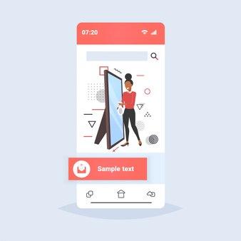 Vrouw schonere holding vod en spray plastic fles vrouwelijke conciërge spuiten en afvegen spiegel schoonmaak concept smartphone scherm online mobiele app volledige lengte schets