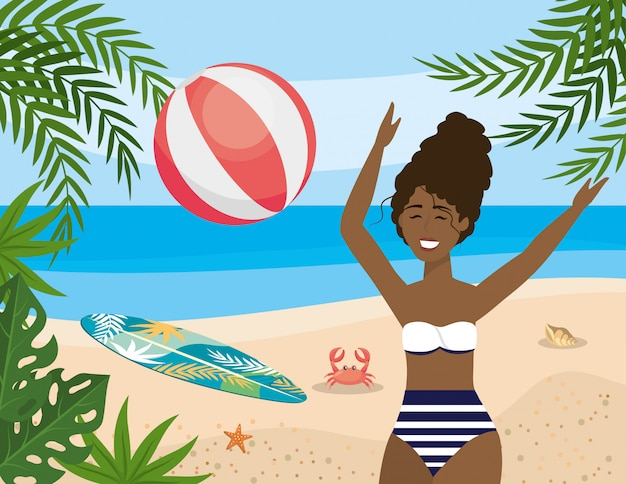 Vrouw spelen met strandbal en surfplank met krab