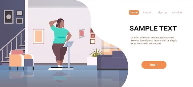 Vrouw staande op weegschalen meisje gewicht controle concept modern appartement interieur vrouw