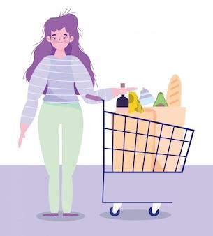 Vrouw tekens met winkelwagentje en zak voedsel supermarkt