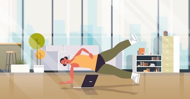 Vrouw thuis fitness oefeningen doen meisje kijken naar online training training gezonde levensstijl sport concept woonkamer interieur volledige lengte illustratie