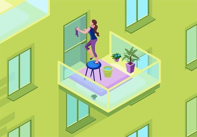 Vrouw wassen glazen deur op het balkon met een stofdoek, buitenkant van flatgebouw