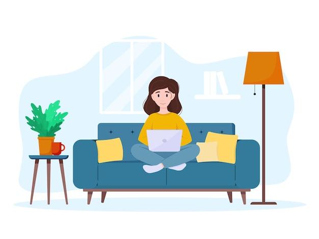 Vrouw werkt op laptop thuis op de bank freelance of studeert thuiswerken