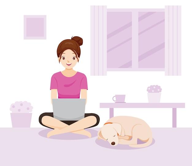Vrouw werkt vanuit huis, leert van huis, thuis winkelen, met hond, bescherming tegen coronavirus, covid-19, sociale afstand nemen