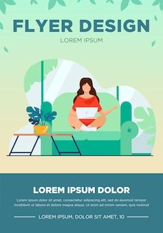 Vrouw zittend op de bank met laptop en lachend. online, isolatie, studie platte vectorillustratie. freelance en digitale technologie concept